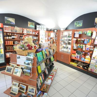 Mobilier cadeaux et ilot librairie 2 - Agencement Vallon-Pont-d'Arc 07