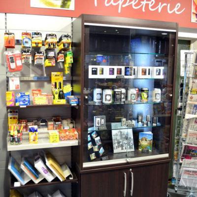Mobilier papeterie, vitrine cadeaux - Agencement Le France Annecy 74