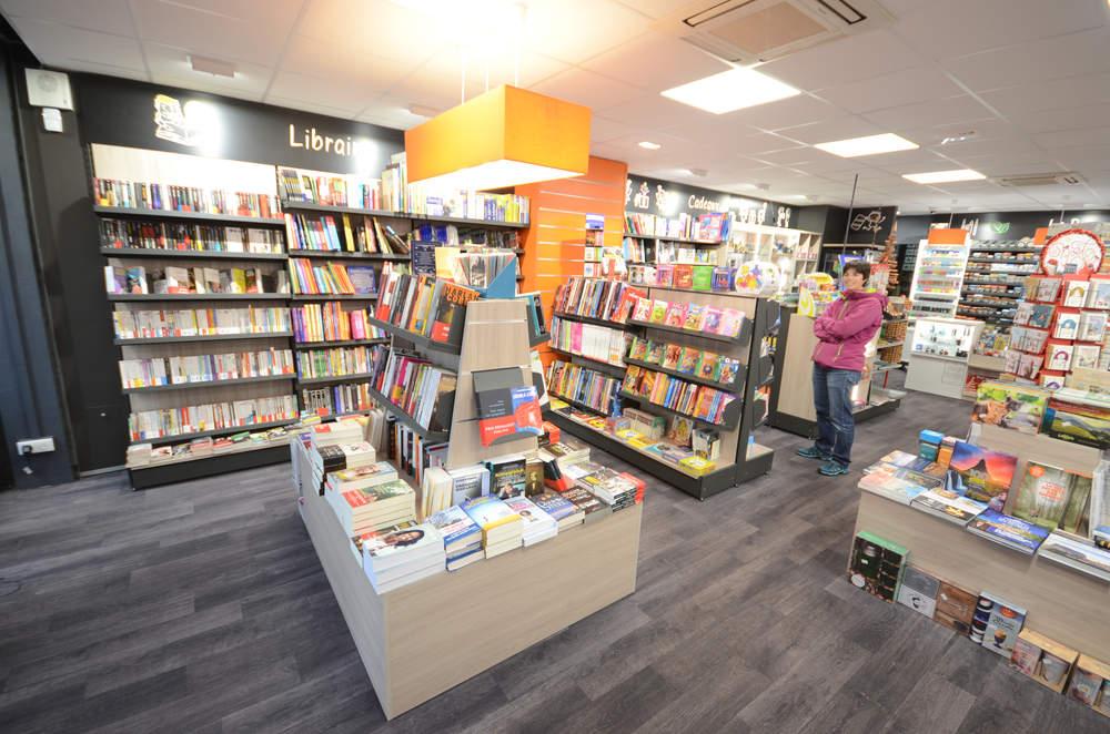 Mobilier et ilot librairie vue 1 - Agencement La Côte-Saint-André 38