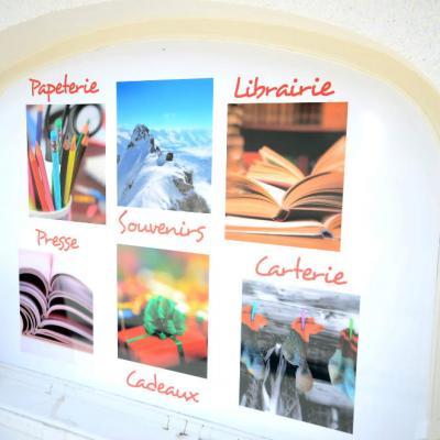Vitrophanie extérieure 2 - Maison de la presse La Clusaz 74