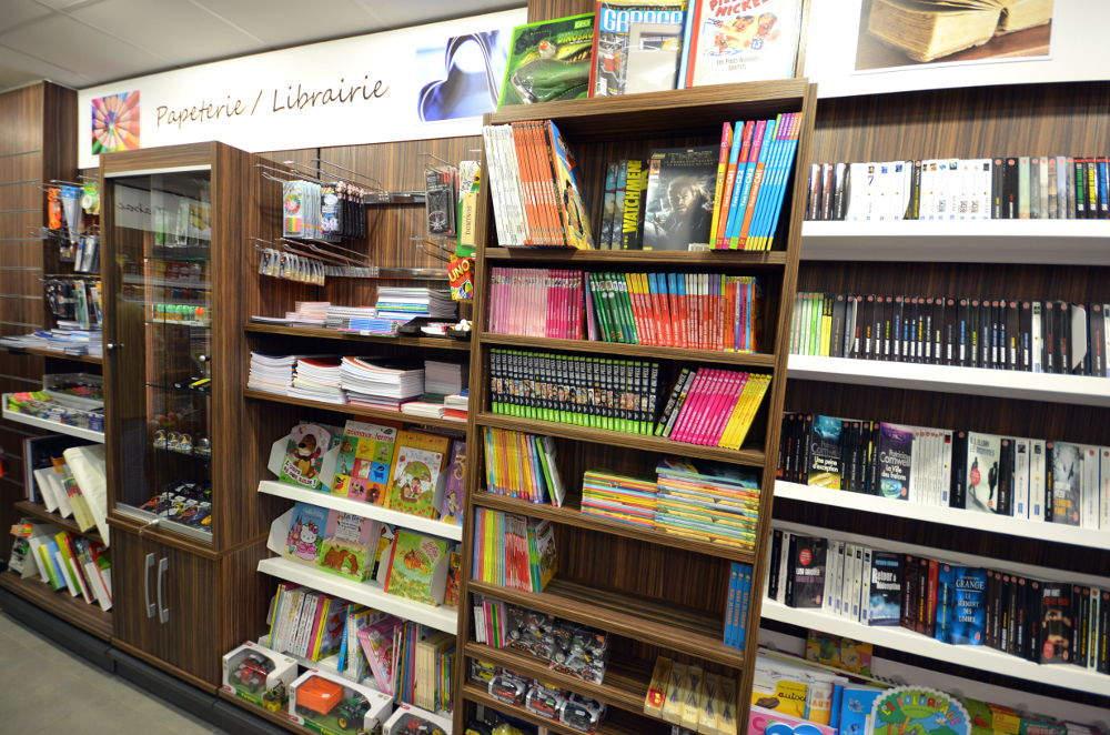 Mobilier librairie vue 2 - Tabac presse Manu La Clusaz 74
