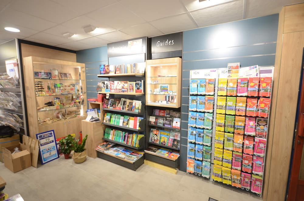 Vitrine cadeaux et mobilier librairie - Agencement Nyons 26