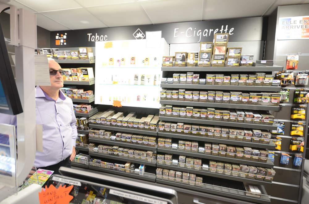 Mobilier tabac et vitrine e-cigarettes vue 2 - Agencement Valleiry 74